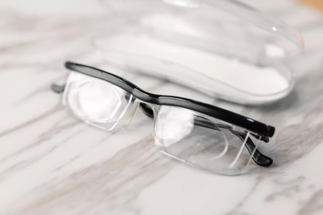 牛津大学设计出可调节度数的眼镜,近视老花都适用